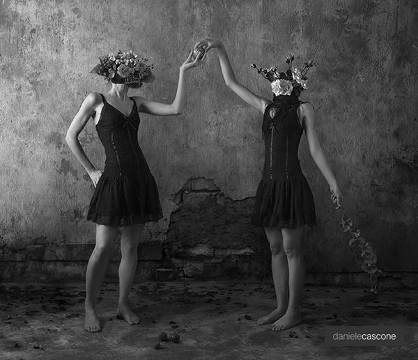 foto donne per mano