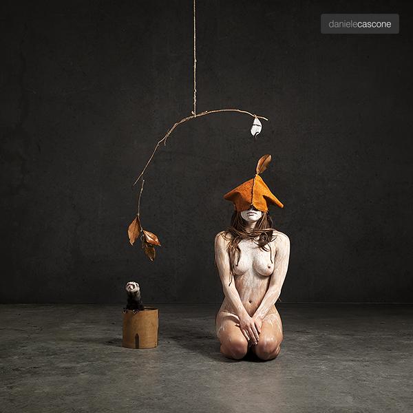 fotografia donna inginocchiata a terra