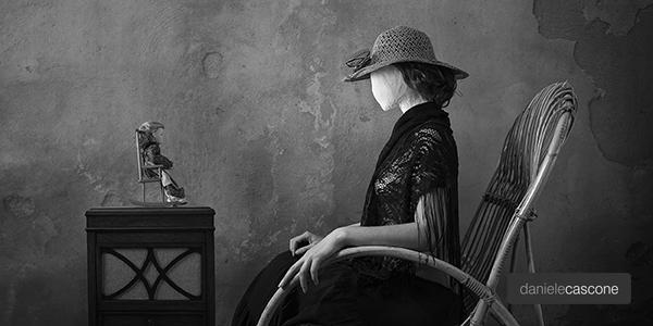 fotografia donna sedia a dondolo
