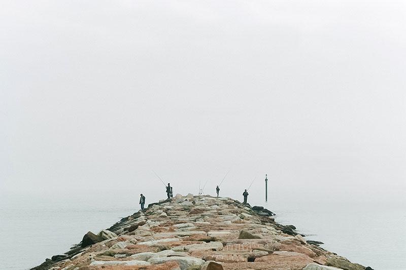 Pescatori su molo