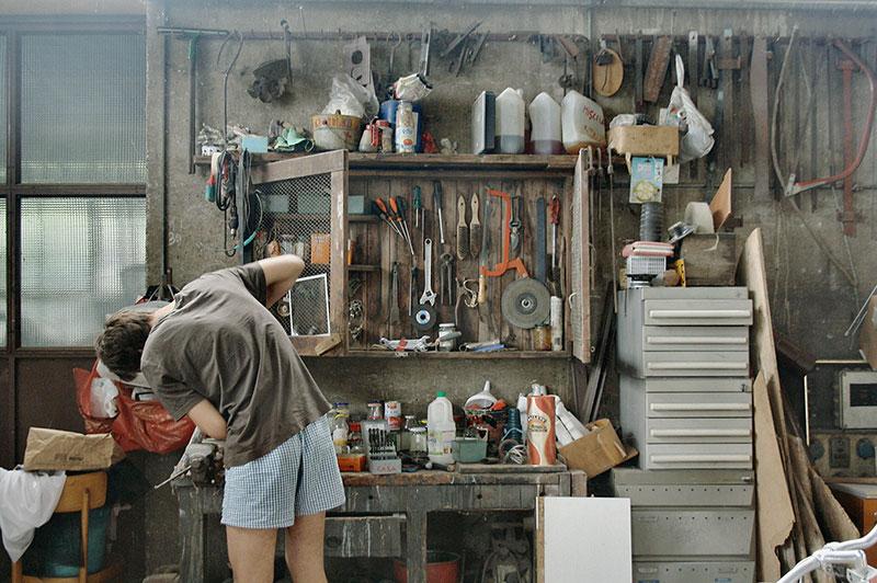 Ragazzo che lavora in garage