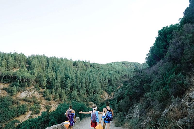 ragazzi che passeggiano su sentiero di montagna