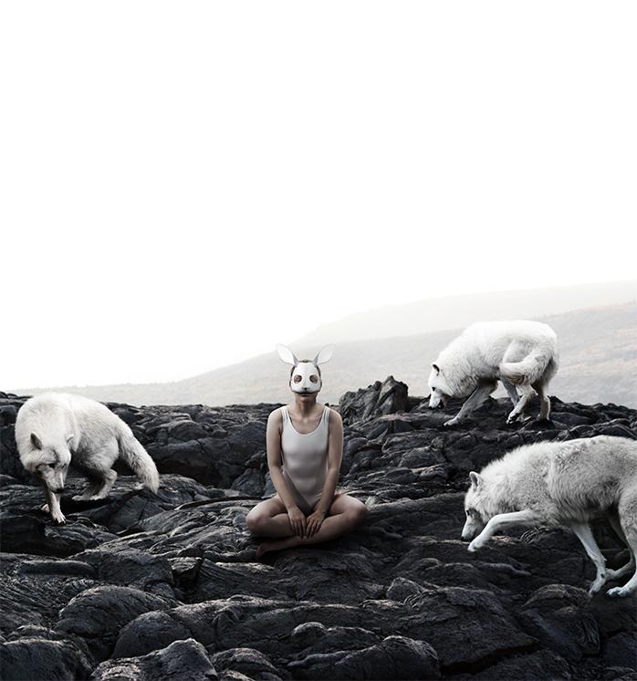 Stefano Bonazzi - donna con lupi e cielo bianco
