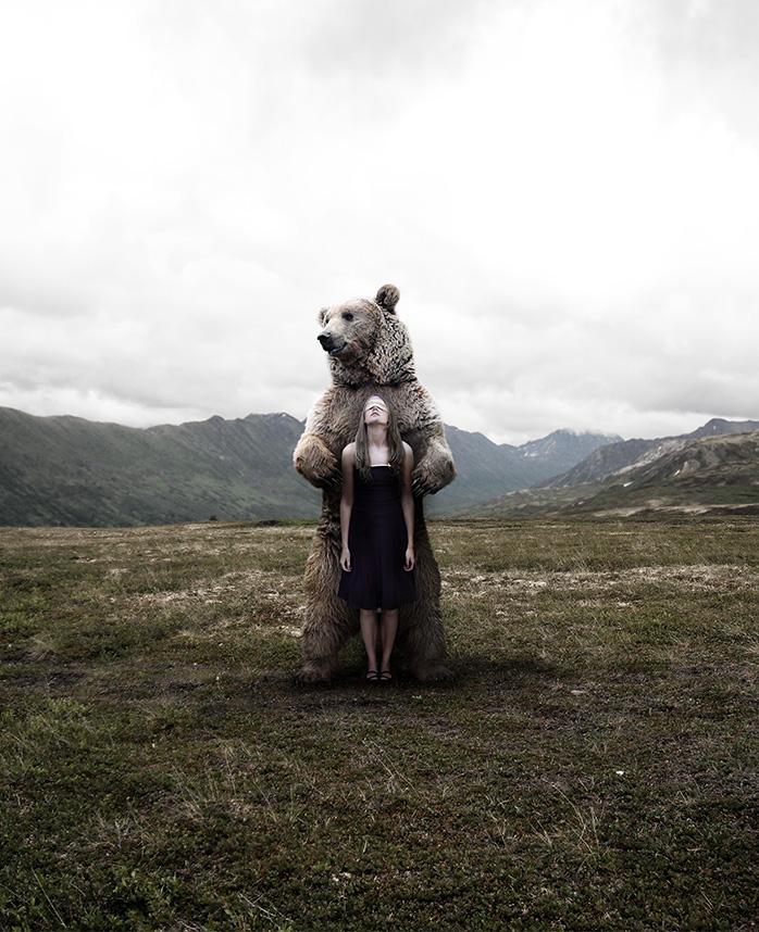 Stefano Bonazzi - ragazza abbracciata con orso